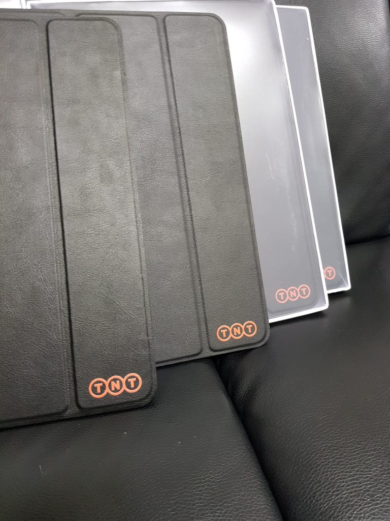พิมพ์สกรีน logo เคส iPad หนังสีดำ