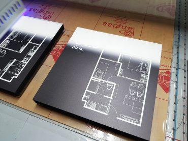 พิมพ์แผ่นไม้พลาสวู้ด (Plaswood) สีดำ