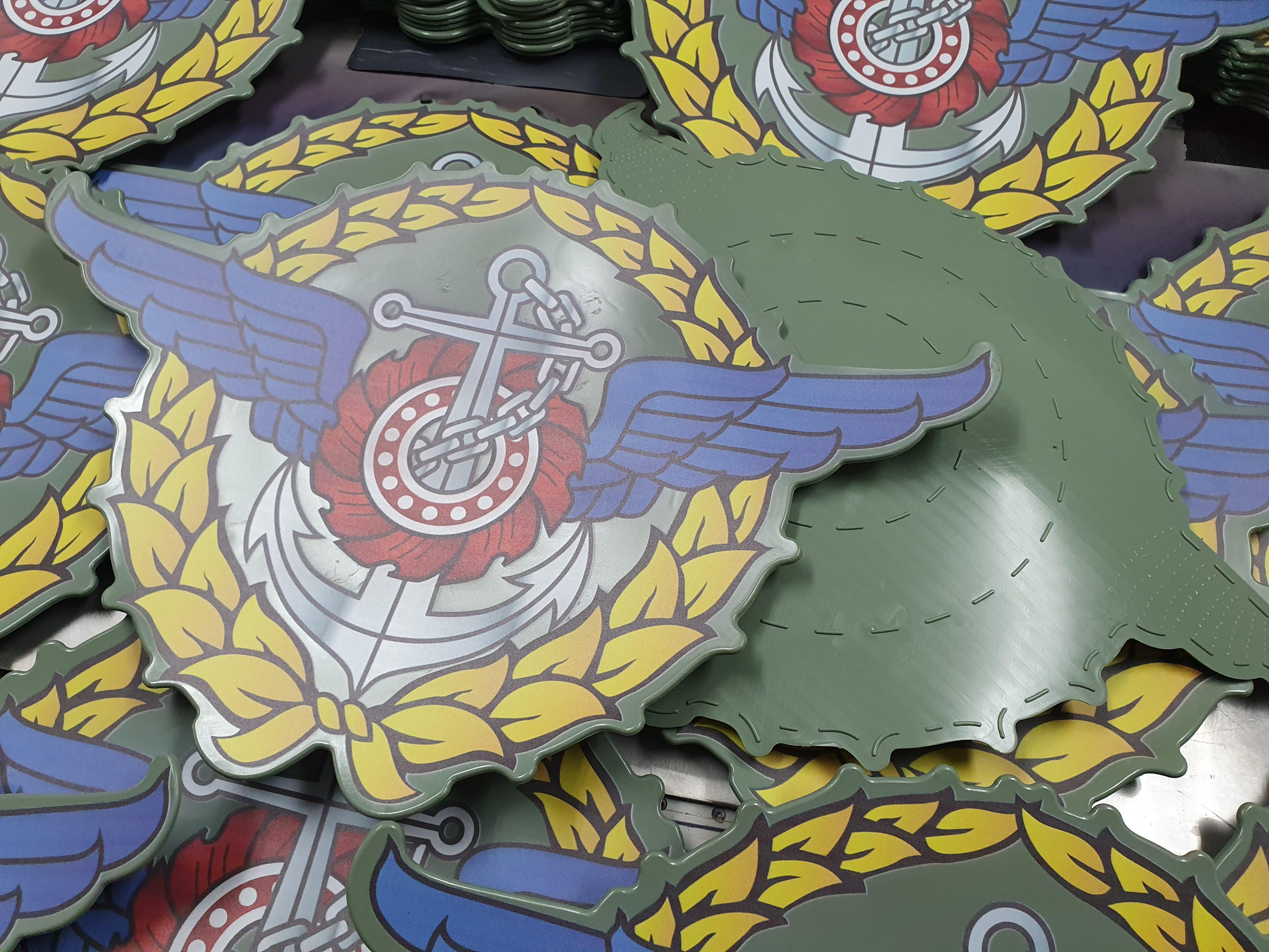 พิมพ์โลโก้กองบัญชาการกองทัพไทย ลงบนยางสีเขียว