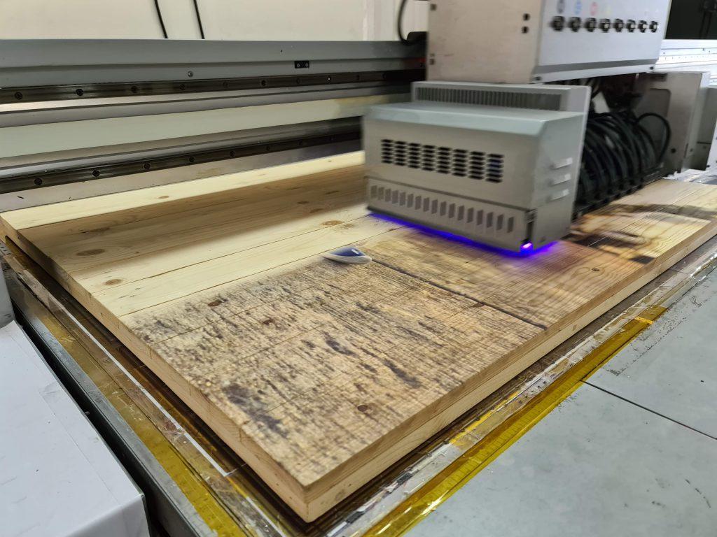 uv print wood พิมพ์รูปไม้สน ไม้พาเลท ไม้ลัง